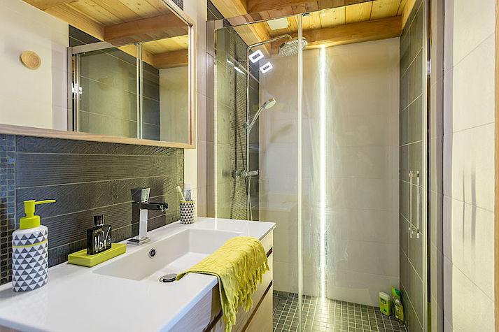 Salle de bain contemporaine et colorée. Déco vert pomme et lumineuse. Chalet Lombard Vasina.