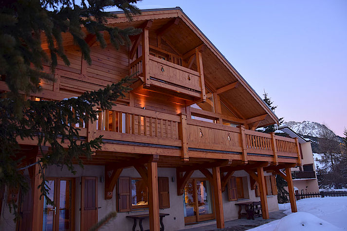 Chalet bois poteau-poutre réalisé par Lombard Vasina situé à Montgenevre