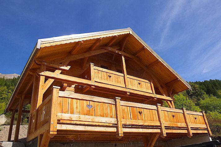 Chalet bois poteau-poutre réalisé par Lombard Vasina situé au Serre Barbin, Monetier