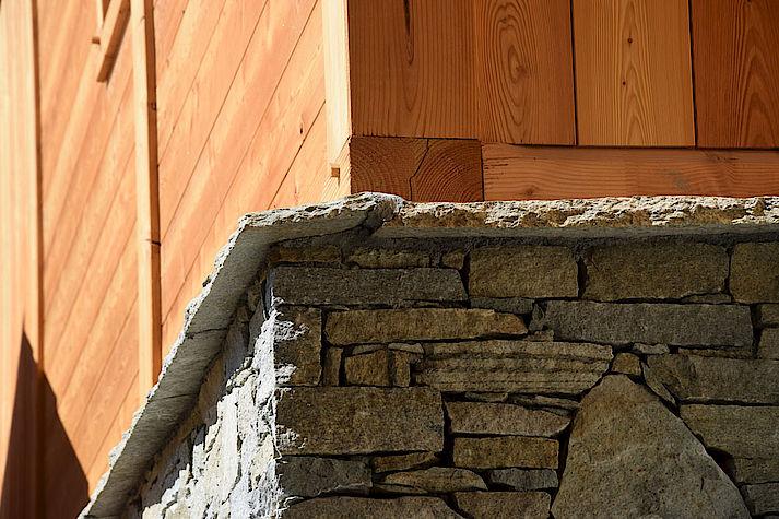 Chalet bois poteau-poutre réalisé par Lombard Vasina situé au Serre Barbin, Monetier Les Bains. Matériaux Pierre et Bois.