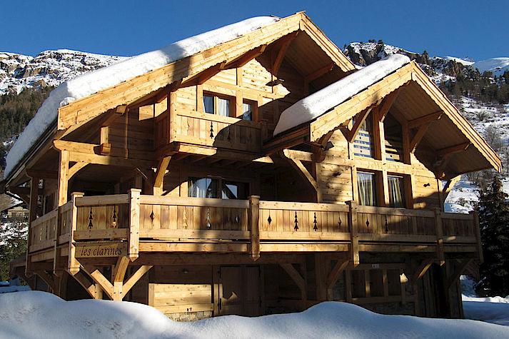Chalet bois poteau-poutre réalisé par Lombard Vasina situé à Monetier Les Bains disponible à la location