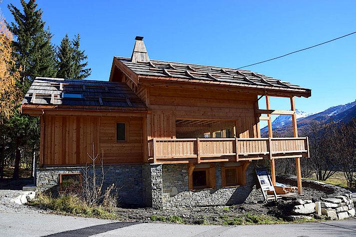 Chalet bois poteau-poutre réalisé par Lombard Vasina situé au Serre Barbin, Monetier Les Bains. Toiture en bardeau meleze.