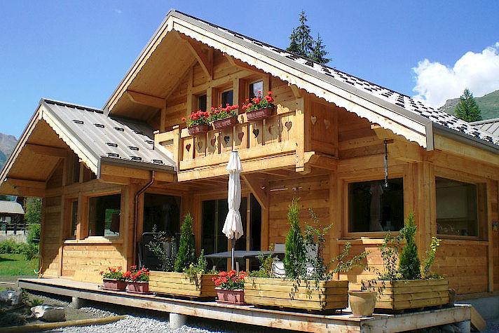 Chalet bois poteau-poutre réalisé par Lombard Vasina situé à Monetier Les Bains.