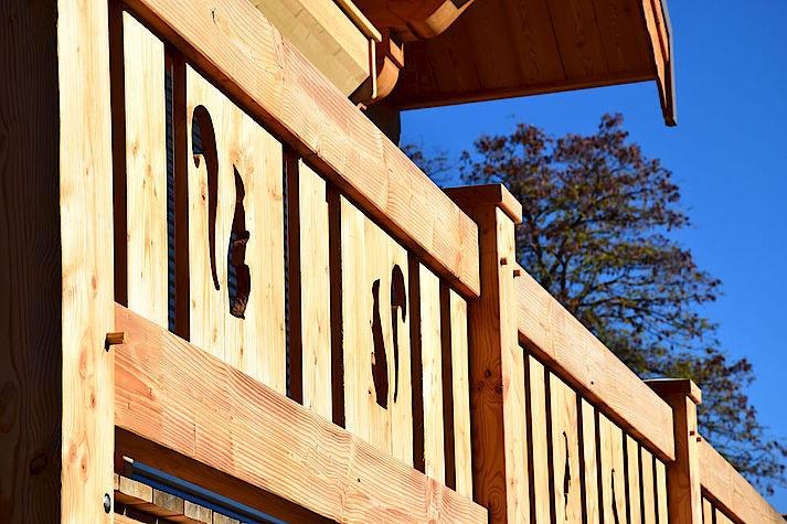 Chalet bois poteau-poutre réalisé par Lombard Vasina situé dans la Vallée de Vallouise. Garde corps bois
