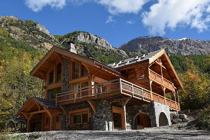 Chalet bois poteau-poutre réalisé par Lombard Vasina situé dans la Vallée de Vallouise, Pelvoux.