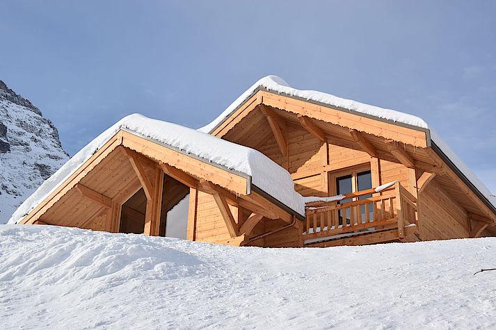 Chalet sous la neige suite aux chutes de neige de ce mi-décembre 2017. Réalisation en cours sur Monêtier les bains.
