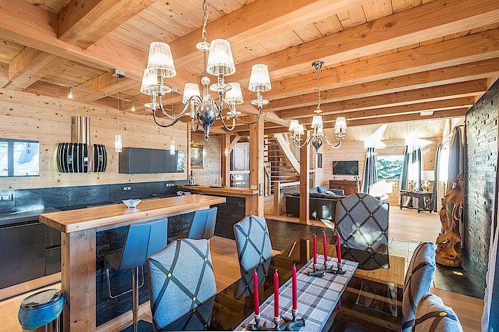 Salon salle a manger cuisine chalet Lombard Vasina. Déco intérieur bois rustique ou contemporain