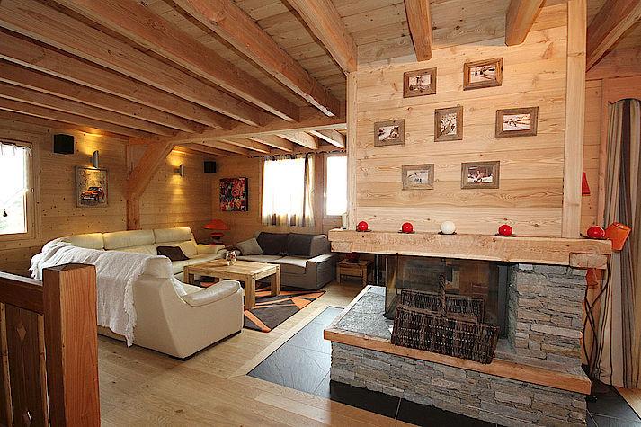 Salon chalet Lombard Vasina. Déco intérieur bois rustique ou contemporain avec cheminée