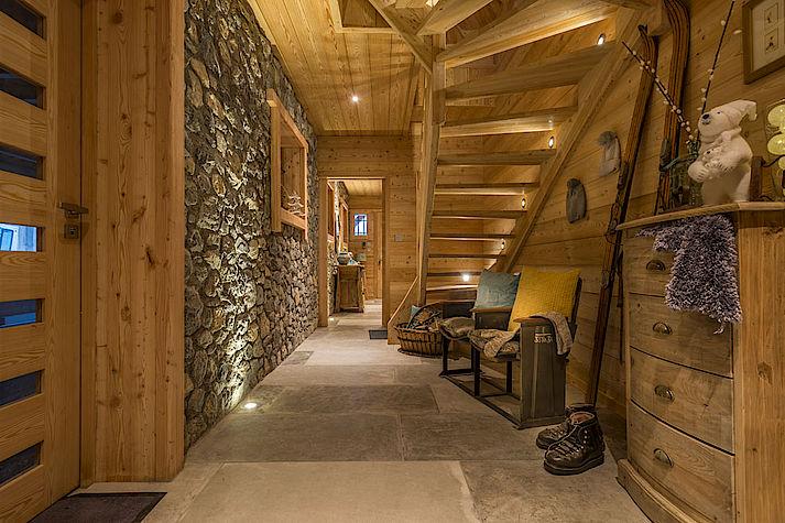 Entrée pierre et bois chalet Lombard Vasina. Déco intérieur bois rustique ou contemporain