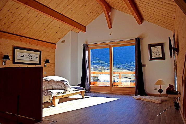 Chambre chaleureuse et design. Chalet Lombard Vasina. Déco intérieur bois épuré et contemporain