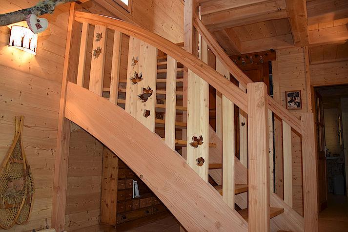 Escalier bois découpé et travaillé pour un aspect unique et personnalisé. Chalet Lombard Vasina. Déco intérieur bois. Menuiserie réalisée sur mesure