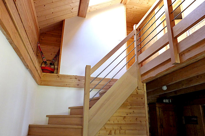 Escalier bois et alu pour un aspect léger et contemporain. Chalet Lombard Vasina. Déco intérieur bois. Menuiserie réalisée sur mesure