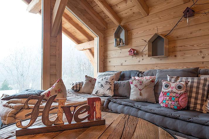 Espace détente en mezzanine. Chalet Lombard Vasina. Déco intérieur bois cocooning pour des hivers douillets.