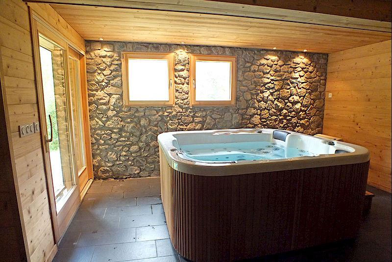espace jacuzzi une dcoration pierre et bois pour une ambiance montagne - Decoration Interieur Bois Et Pierre