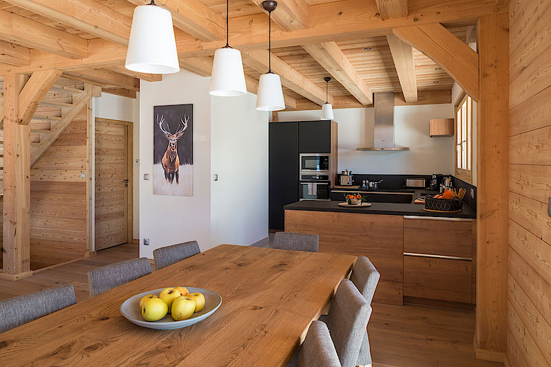 Our Chalets In Pictures Lombard Vasina - Carrelage cuisine et poteau tapis rouge