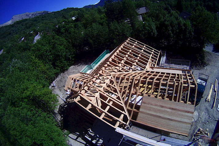 chevrons apparents charpente et toiture traditionnelles massives en bois. Construction Poteau-poutre réalisée par les chalets Lombard Vasina