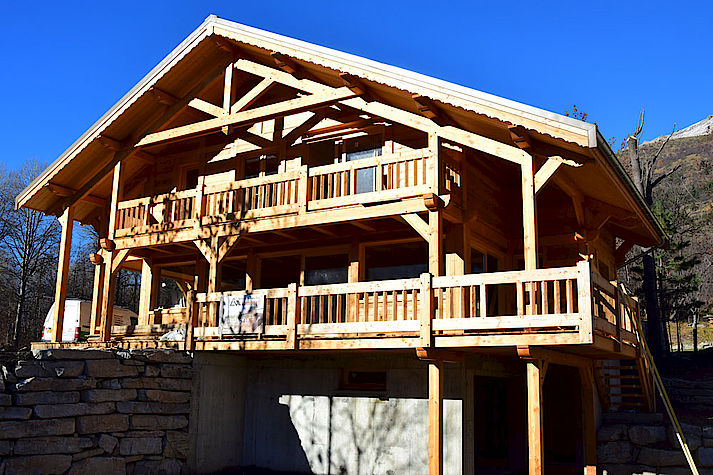Chalet Lombard Vasina avec charpente et ferme traditionelle massive en bois, structure poteau-poutre réalisée en bois douglas