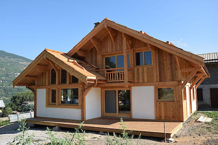 Chalet situé a proximité de Briançon Hautes Alpes. Structure bois poteau-poutre avec panneaux crépi