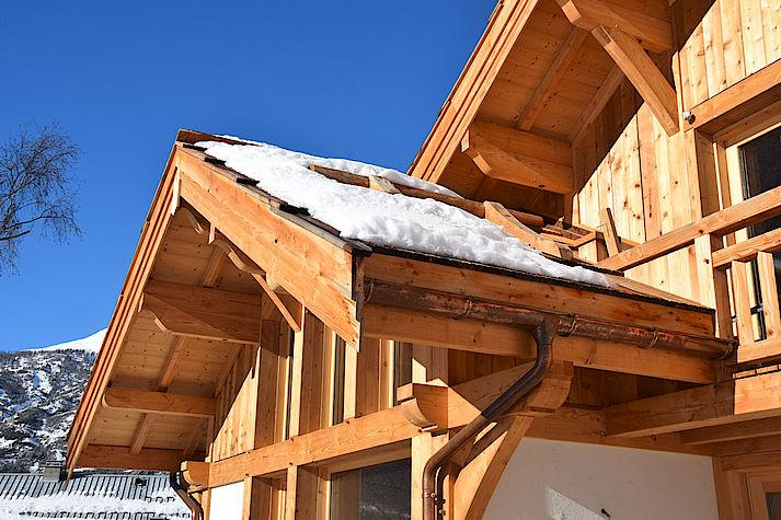 Toiture en meleze des hautes alpes. Charpente en Douglas. Construction par les chalets Lombard Vasina proche de Briançon