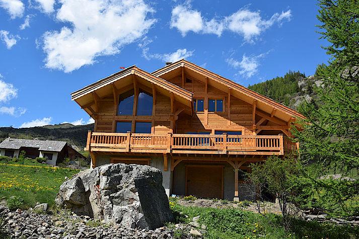 Chalet Lombard Vasina situé à Monetier Les Bains, Hautes Alpes structure poteau-poutre massive en Douglas et panneaux meleze