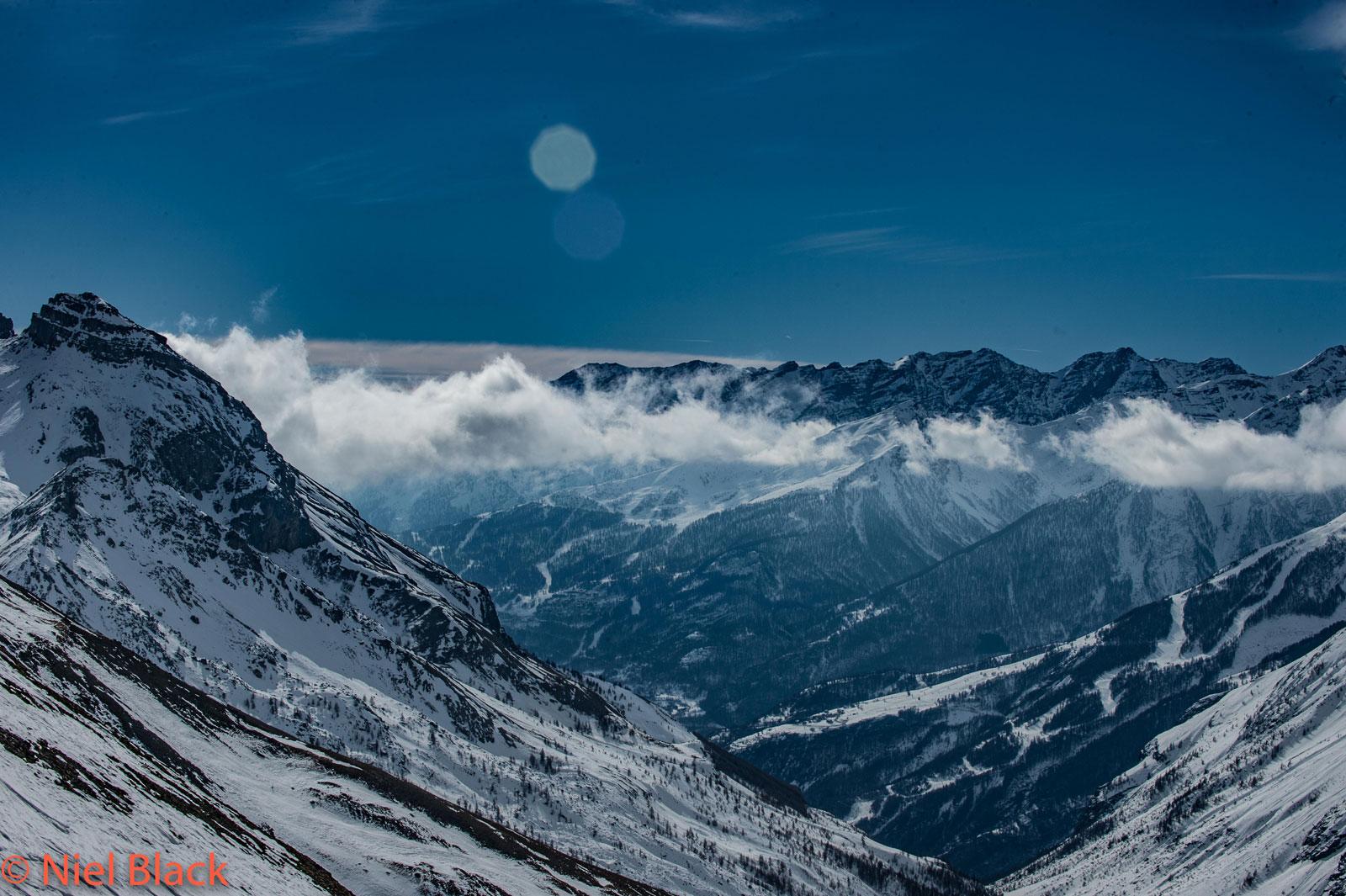Photo de paysage de montagne. Sommet enneigés dans la vallée de Serre Chevalier située dans les Hautes Alpes.